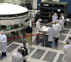 Исследователи НАСА готовят летающую тарелку LDSD. Архивное фото