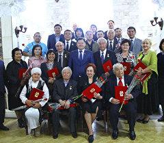 Общее фото горожан которые получили регалии почетного гражданина Бишкека
