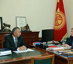 Президент Алмазбек Атамбаев ӨКМ жетекчиси Кубатбек Бороновду кабыл алуу учурунда. Архив