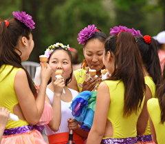 Девочки кушают мороженое. Архивное фото
