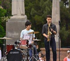 Музыканты во время выступления. Архивное фото