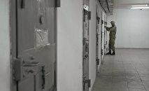 Сотрудник колонии проверяет камеры с заключенными. Архивное фото