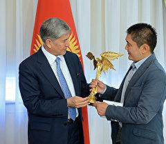Өлкө башчысы Алмазбек Атамбаев Сүтак көркөм тасмасынын режиссеру Мирлан Абдыкалыковду кабыл алды.