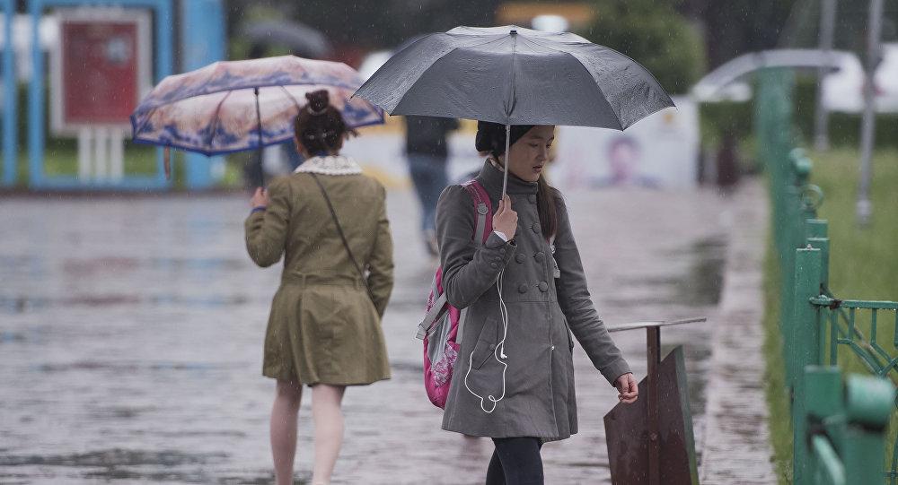 Девочка с зонтом во время дождя в Бишкеке. Архивное фото