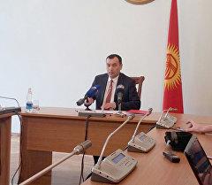 Секретарь Совета обороны Кыргызстана Темир Джумакадыров на пресс-конференции