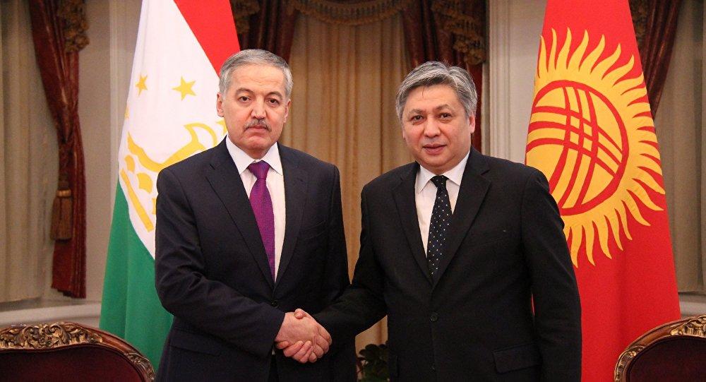 Глава Министерства иностранных дел Кыргызстана Эрлан Абдылдаев во время встречи с коллегой из Таджикистана Сироджидином Асловым