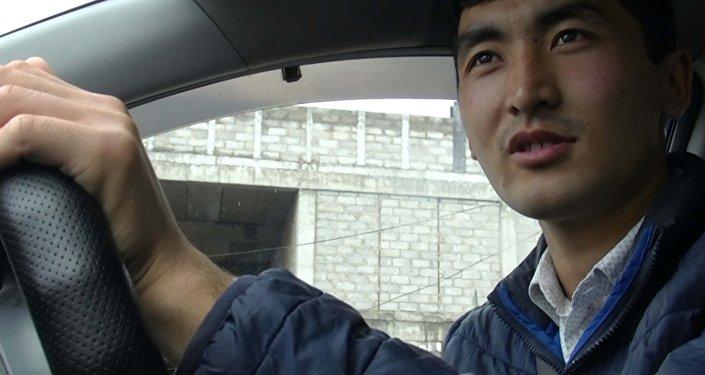 Таксист — герой соцсетей признался, почему возит бесплатно пожилых люд