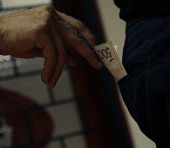 Мужчина вынимает деньги из кармана. Архивное фото