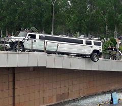 Лимузин едва не рухнул с верхнего яруса аэропорта Манас