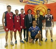Россиянын Хабаровск шаарында өткөн волейбол боюнча мелдеште Кыргызстандан барган Ош шаарынын Ош командасы биринчиликти жеңип алды.