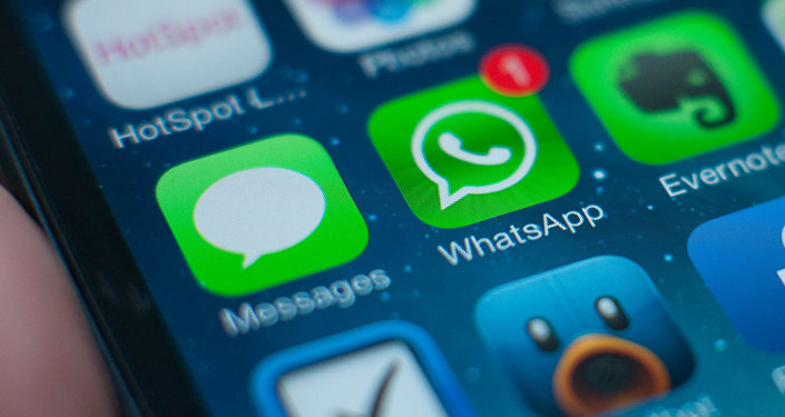 Ярлык приложения WhatsApp на мобильном телефоне. Архивное фото