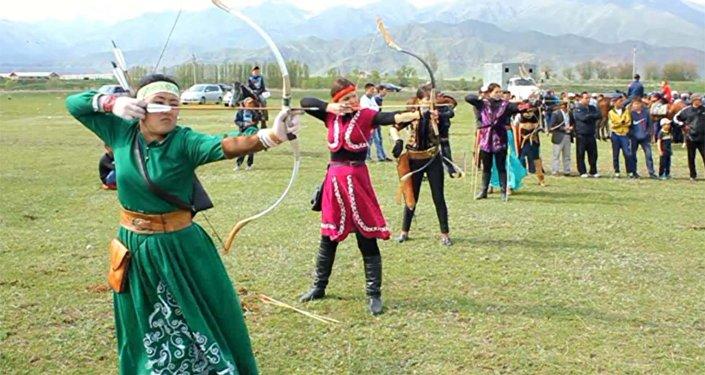 Лучницы стреляли на турнире, готовясь к Играм кочевников