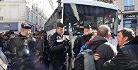 Десятки человек митинговали против выселения беженцев из лицея в Париже