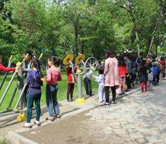 Ош шаарындагы Ата Түрк атындагы сейил багына орноштурулган спорттук шаймандар
