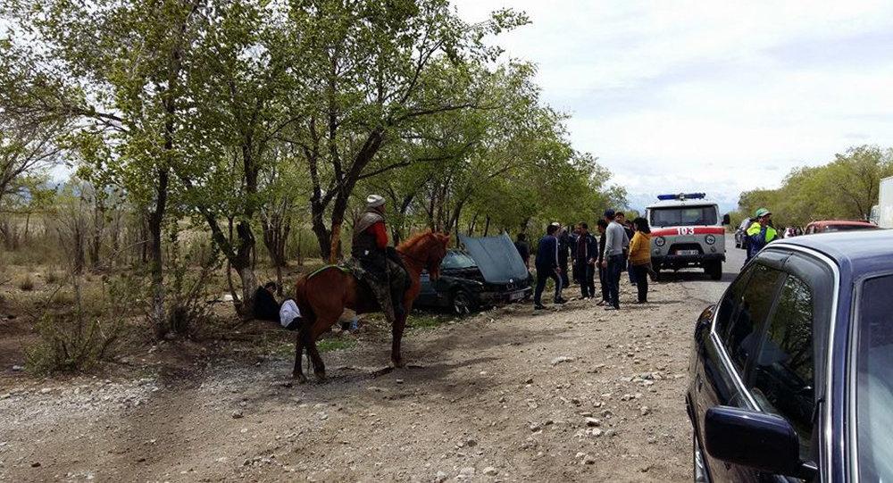 Медицинская помощь у автомашины марки BMW которая перевернулась недалеко от Балыкчи
