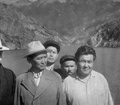 Один из основоположников кыргызской государственности Исхак Раззаков(слева с шляпе)