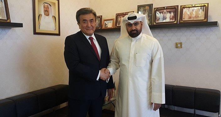 Посол КР в Кувейте Жусупбек Шарипов (справа) во время встречи с высоким гостем