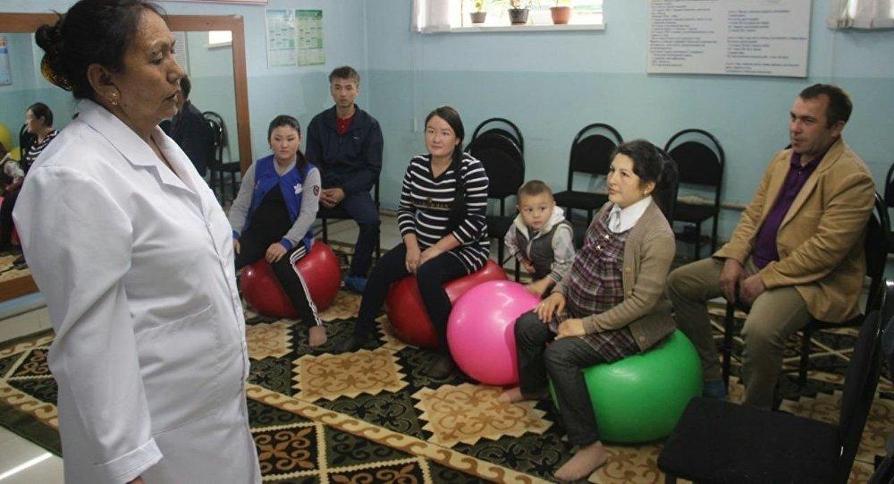 Ознакомление делегацией руководителей и членов исполнительного совета ООН с деятельностью школы молодых матерей в Оше