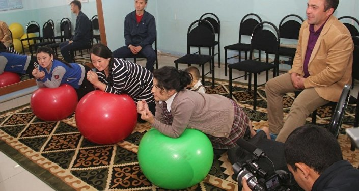 Гостям показали деятельность школы, ознакомили с методикой обучения будущих матерей и отцов.