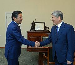 Президент Алмазбек Атамбаев Мамлекеттик каттоо кызматынын жетекчиси Тайырбек Сарпашевди кабыл алуу учурунда