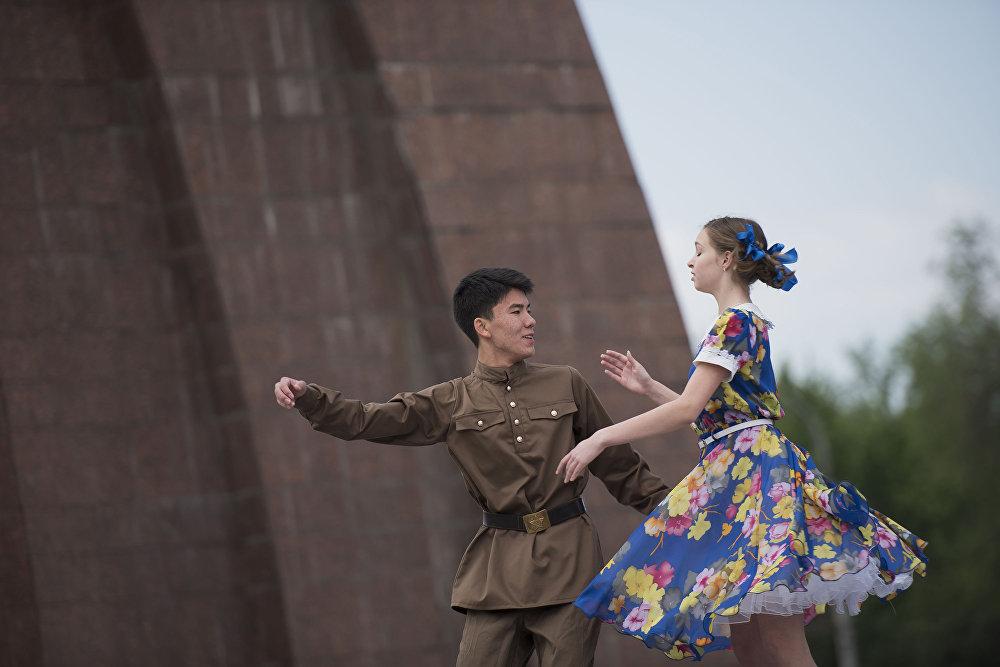 Акция Вальс Победы посвященная участникам ВОВ на площади Победы
