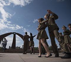 Участники акции Вальс Победы, посвященной участникам ВОВ, на площади Победы