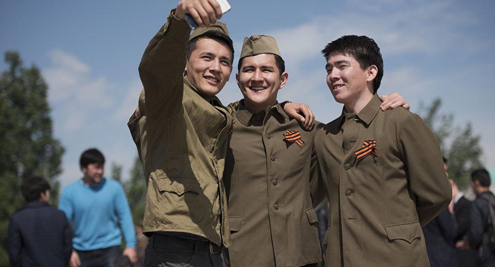 Селфи на память в день акции Вальс Победы. Архивное фото