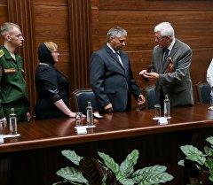 Сирияда каза болгон офицер Александр Прохоренконун үй-бүлөсүнө медаль тапшыруу учурунда. Архив