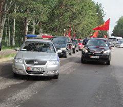 Кара-Балтада Жеңиш күнүнө арналган автожүрүштүн катышуучулары.