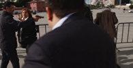 Неизвестный пытался застрелить главного редактора оппозиционной газеты Cumhuriyet Джана Дюндара В Стамбуле. Нападение произошло у здания суда, где рассматривалось дело Дюндара.
