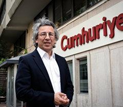 Cumhuriyet аталышындагы оппозициялык маанайдагы гезиттин башкы редактору Джан Дюндар. Архив