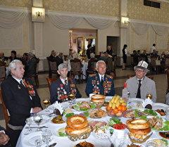 Бишкек шаарындагы Биринчи май райондук администрациясы Улуу Ата Мекендик согуштун ардагерлерине сый тамак берди.