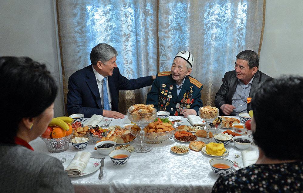 Визит президента Алмазбека Атамбаева к ветерану ВОВ, народному поэту Суюнба Эралиеву