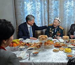 Президент Алмазбек Атамбаев Сүйүнбай Эралиевди майрамы менен куттуктоо учурунда