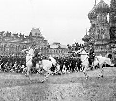 1945-жылдын 24-июнунда Москванын Кызыл аянтында өткөн алгачкы Жеңиш парады. Аны Советтер Союзунун маршалы, 1-Беларусь фронтунун командачысы, Жогорку башкы командачынын орун басары Георгий Жуков кабыл алган.