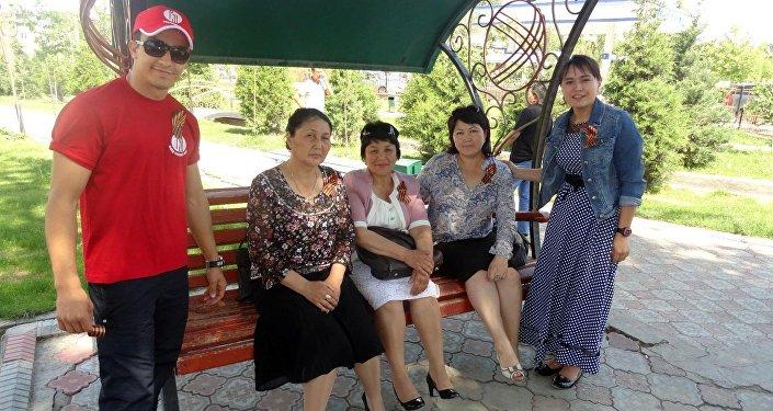 Волонтеры центра — школьники и студенты Оша — раздавали георгиевские ленты на центральных улицах, а также в парках и скверах города