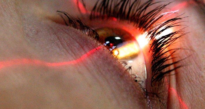 Пациентка во время проверки зрения. Архивное фото