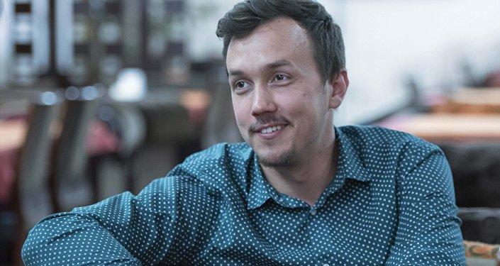 Телеведущий Юрий Громов во время интервью. Архивное фото.