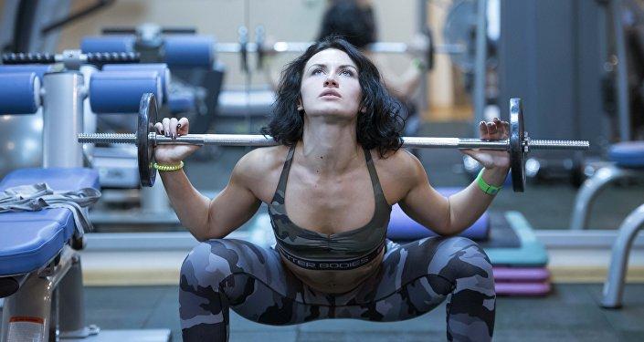 Чемпионка фитнес-бикини КР Калерия Абрамова во время тренировок. Архивное фото