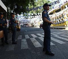 Маниладагы полиция кызматкери шайлоо учурунда. Архив