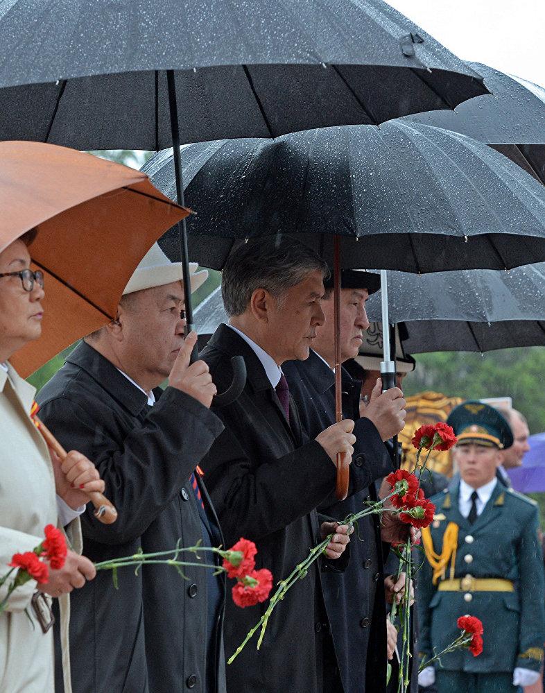 Участие президента Алмазбека Атамбаева в митинге-реквиеме, посвященном 71-й годовщине Победы в ВОВ