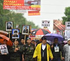 Бишкекте өткөн Өлбөс полктун жөө жүрүшүнүн катышуучулары.