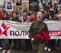 Участники шествия на акции Бессмертный полк в Бишкеке. Архивное фото
