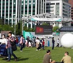 Сеул шаарында өткөн Ынтымак жарманкесинде Кыргызстандын желеги.