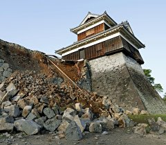 Разрушенная стена замка от землетрясений в Японии. Архивное фото