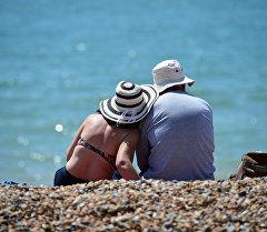 Мужчина и женщина в шляпах на пляже