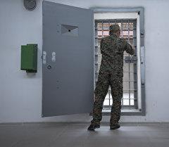 Сотрудник исправительной колонии закрывает дверь. Архивное фото