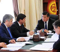 Премьер-министр Сооронбай Жээнбеков Кыргызстанда өндүрүлгөн картошканы Казакстандын аймагына киргизүүгө тыюу салуу маселеси боюнча кеңешмеде