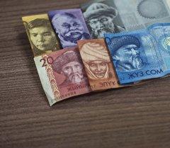 Деньги на столе. Архивное фото
