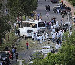Түркиянын түштүк-чыгышындагы Диярбакыр шаарында миналанган автоунаа жарылган жайда.